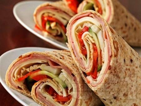Тортила рап сандвичи с шунка, сирене гауда, домат и краставица - снимка на рецептата